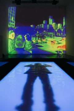 展厅中间搭建了一个颇具舞台感的矩形水池,作品《降临》投射其中
