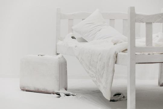 """《Emmanuel》的""""明室""""部分通过尘封的日常物展现视觉的陌生化、遮蔽以及救治"""
