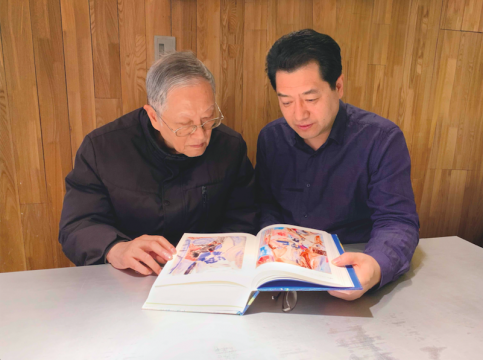 2019年12月28日,寿崇宁和李大钧在上海审阅《飞羽掠天——吴大羽作品集》样书