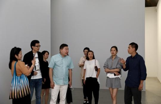 展览开幕现场仇晓飞(右一)