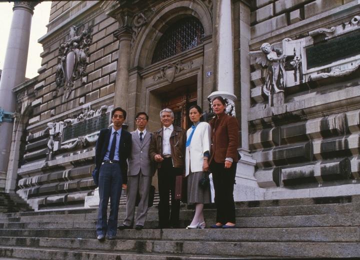 梁绍基(左二)与万曼(左三),照片为1987年在出席第13届洛桑国际壁挂双年展开幕式时与导师万曼先生及师友们一起的合影