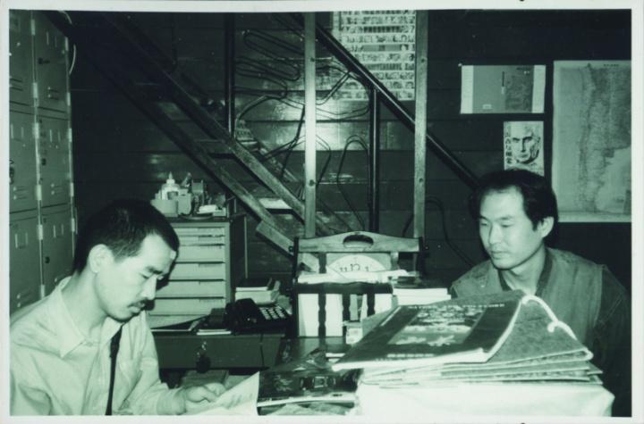 1996年刘港顺(右)和陈侗在广州博尔赫斯书店
