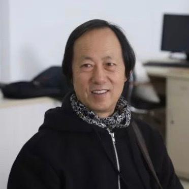 """任戬  1955年出生于黑龙江哈尔滨,中国""""85美术新潮""""主要代表人物之一。1987硕士毕业于鲁迅美术学院,1989年至1998年,于武汉大学任职副教授;1999年起,于大连工业大学艺术设计学院任教授。"""