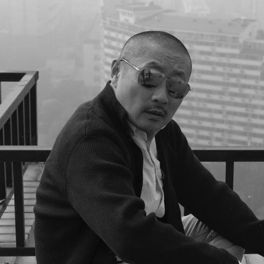张弓  1959年生于北京,1993年硕士毕业于中央工艺美术学院,现任教于清华大学美术学院。