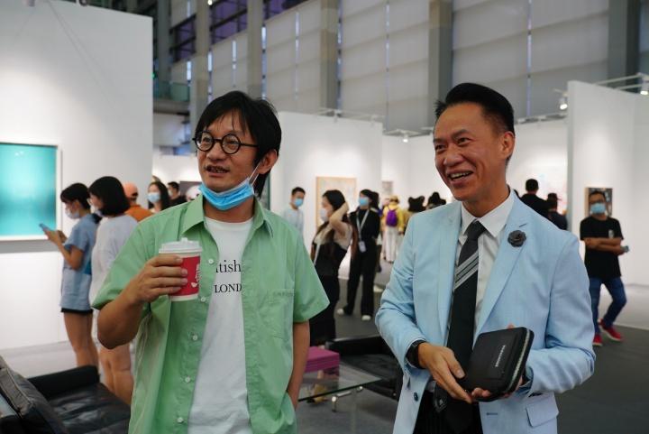 艺术家薛峰(左一)