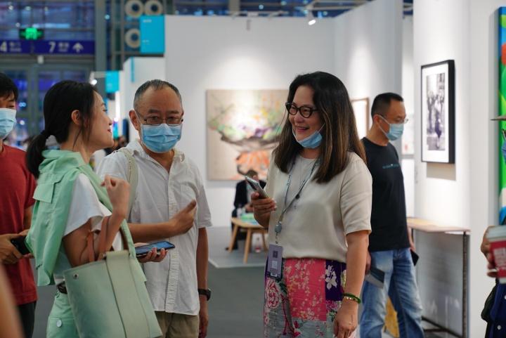 艺术家梁铨(左二)与艾米李画廊负责人Amy(右一)