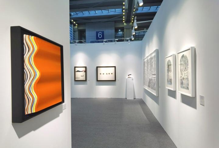 左侧为杭春晖的新作,极具设计感和空间感,10万元以下。