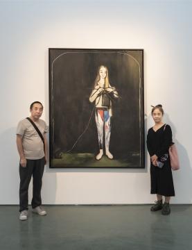 刘锋植妻子(右)与友人在作品《妻子》前