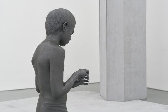 《小男孩》 140×40×45cm,55×45×4cm 不锈钢 2019-2020摄影:孙诗