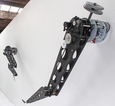 """艾伦·拉斯 《再次》 3.76×7.42×0.53m 桦木胶合板、FR4电路板、铝合金、超高分子量聚乙烯、马达、定制电子元器件 2017 图片由""""UCCA尤伦斯当代艺术中心""""提供"""
