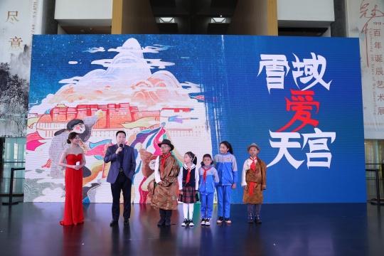 中国首位航天员杨利伟与藏区小朋友代表