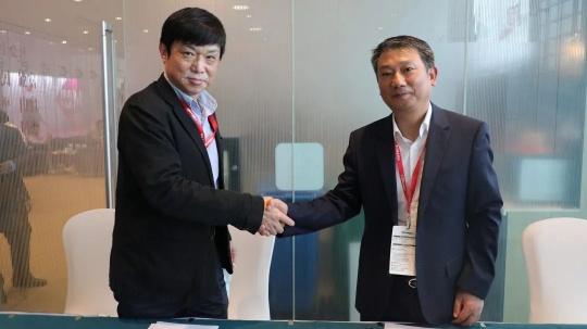 天津美术学院美术馆常务副馆长王伟毅教授(左)与东方中原CEO朱谆先生(右)签署共建协议