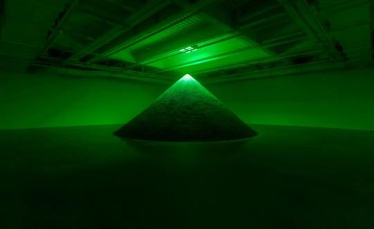 帕梅拉·罗森克朗茨 《感染(香奈儿五号香水)》 尺寸可变 黑土,香水,LED灯 2020摄影:刘鱼沉 © 上海油罐艺术中心