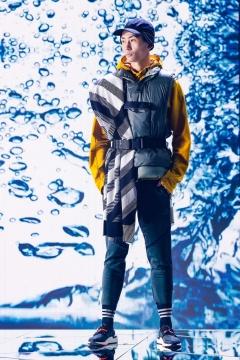 DOWN VEST户外运动羽绒背心,男款FT2418  采用层叠式羽绒衬块设计,以拒水羽绒填充 ,贴身保暖。羽绒包可自由调节松紧,旨在应对不同天气。 另含一件马甲,可与羽绒包叠穿也可单穿,彰显率性机能风格,展现自有应变的果敢和从容。