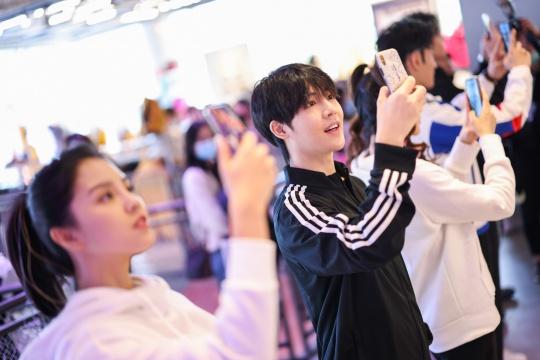 北京三里屯阿迪达斯品牌中心吸引众多艺人前来打卡