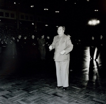 牛嵩林《毛主席等领导人在天安门城楼上》 61×51cm 银盐纸基 1966 RMB:15,000-30,000
