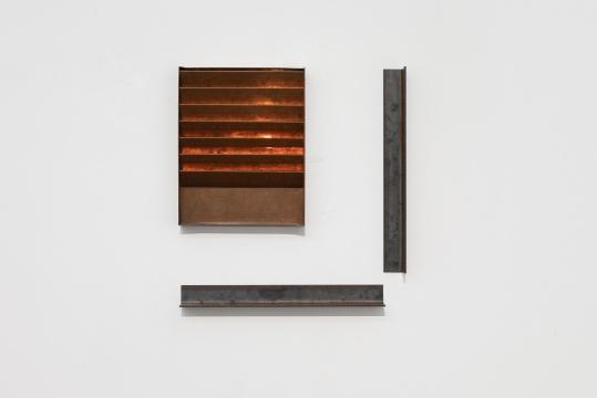 左《铜(一)》38.7x30.5x4.5cm 铜 2019  右 《水平与垂直的L型(一) 》62x60x5cm 铁 2019