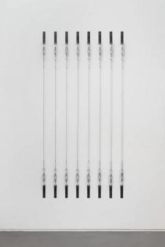 《八条绳索》254x143x4.3cm(尺寸可变) 钢索、铁2019