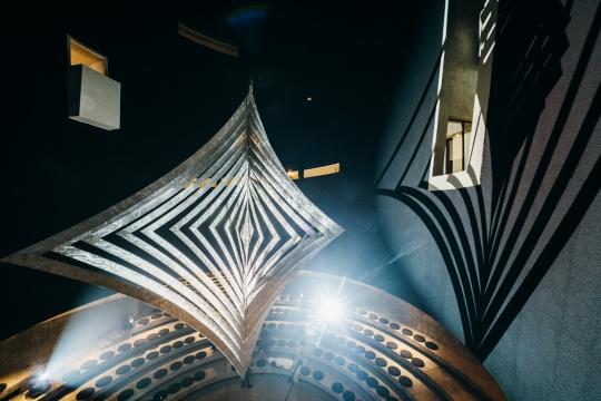 9米多高的《风铃》悬吊于阿那亚艺术中心的阶梯式圆形剧场上方