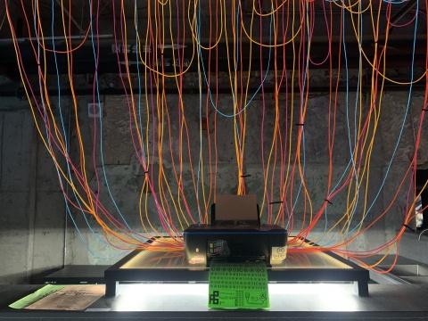 """全力 《""""它们""""想要说的》尺寸可变 打印机、纸、发光线 2020"""