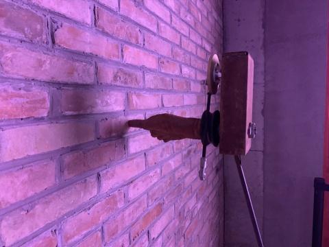迟世林 《一指弹》尺寸可变 金属、砖、电视 2020