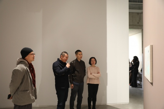 展览开幕现场,艺术家仇晓飞(右二)、策展人、新世纪当代艺术基金会研究总监常旭阳(右一)