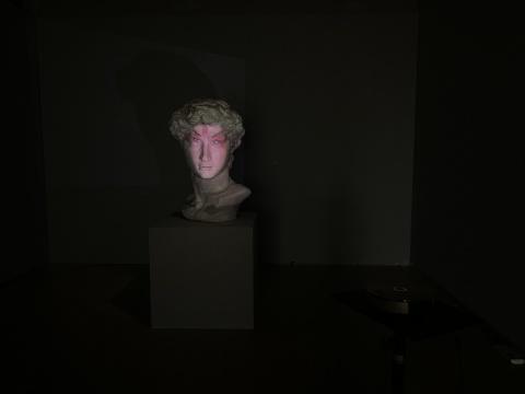吴雅琳 《变脸-西方邂逅东方》 90×75×118cm 新媒介综合媒体影像、投影、动画、音效