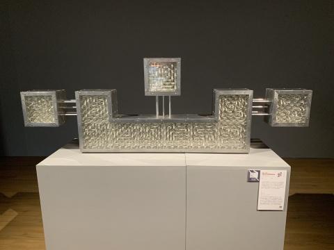 占研 《字谜-心》 186×63×17m 铝合金、亚克力、皮尺等