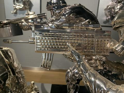 宿志鹏 《键盘江湖之门神》 100cm 光敏树脂、电镀