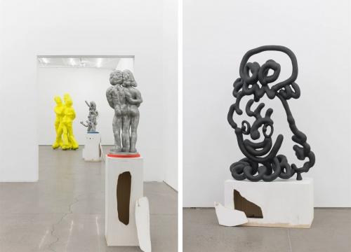 展览现场的作品与被艺术家破坏的展台