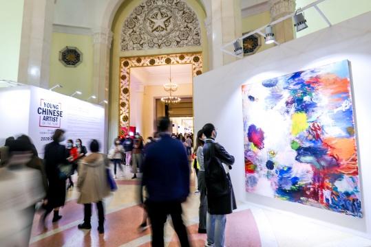 来自武汉的艺术家龚剑的作品,一大一小两幅题为《二向箔,5》和《二向箔,7》的布面丙烯画