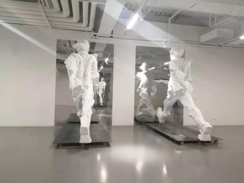 苏新平《行走的人》310×360×150cm×4 树脂玻璃钢 2020悦来美术馆展览现场 2020
