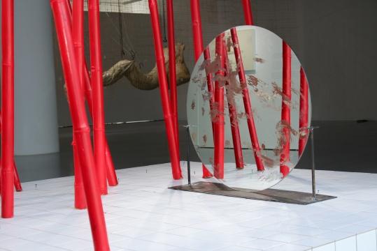 姜杰 《jinxishihenian》 尺寸可变 竹子、镜子、瓷砖 悦来美术馆现场创作 2020 悦来美术馆展览现场 2020