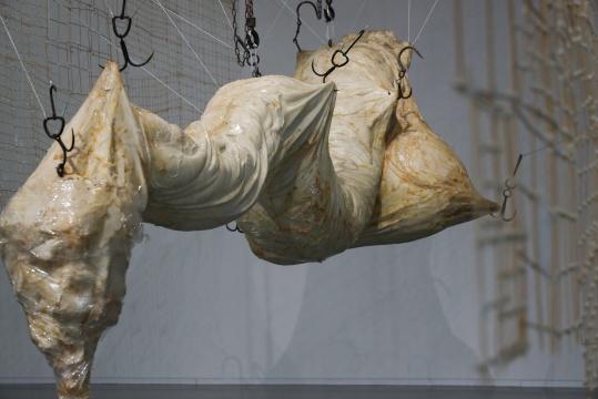 姜杰《小于一吨半》350×140×135cm 树脂、布、铁 2016悦来美术馆展览现场 2020