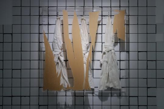 姜杰《三件浴衣》140×140×20cm 亚克力、布、树脂、蜡 2014悦来美术馆展览现场 2020