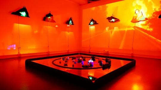 《向橘红色的天空叫喊》尺寸可变 场域特定装置(光敏媒介图像装置、声音、影像、夜光矿石、仿真火车模型、紫外线灯)2020