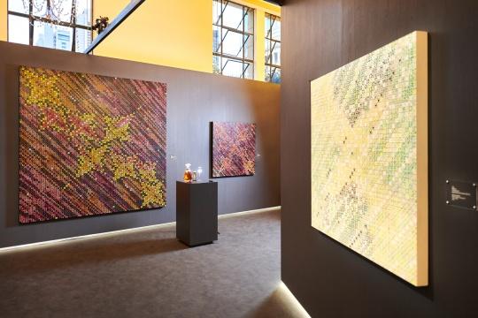 轩尼诗百乐廷皇禧携手著名艺术家丁乙先生,呈现抽象艺术臻赏空间