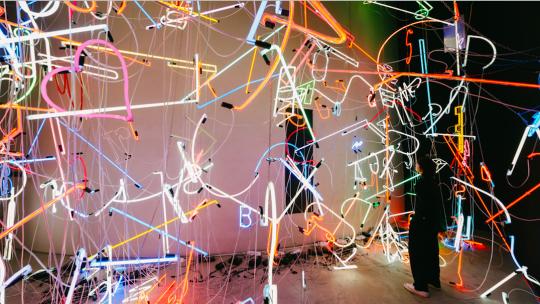 《霓虹灯装置》尺寸可变霓虹灯管、电线、铁链 2020