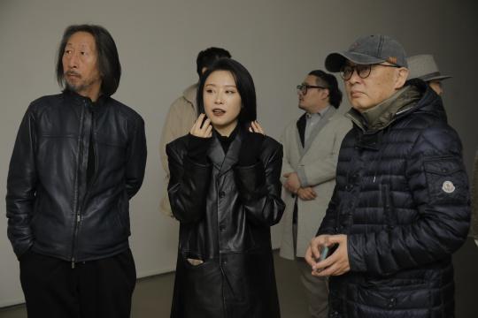 艺术家马灵丽(中)