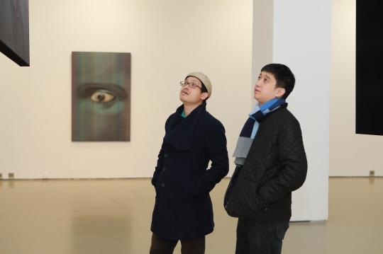 策展人杨紫(左)