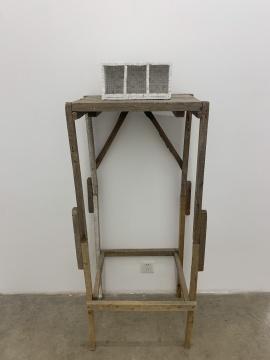 于吉 《公共空间二号》 50×45×150cm 石膏、灰尘、木头 2010