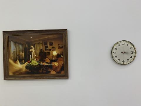 范西 《L的客厅》70×90cm 哈勒姆勒收藏级相纸 Ed.4+2ap 2019  范西 《钟表》直径30cm 哈勒姆勒收藏级相纸 Ed.5+1ap 2019