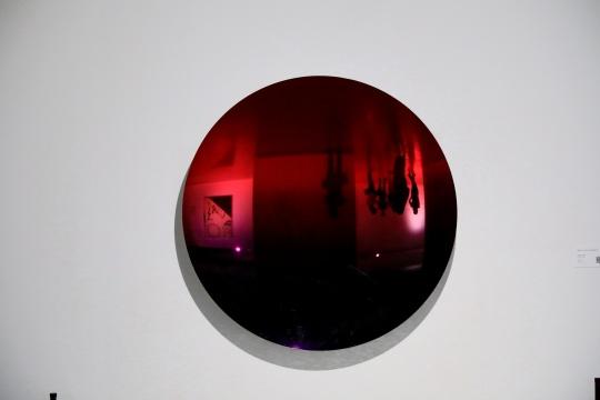 安妮施·卡普尔《Mirror (Red to Purple)》,作品归属:柴志坤先生