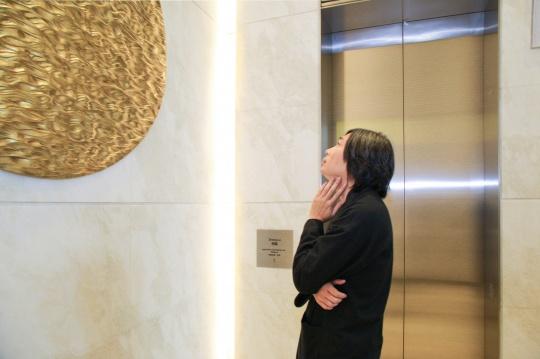 雕塑家郑路先生为各位嘉宾讲解艺术作品