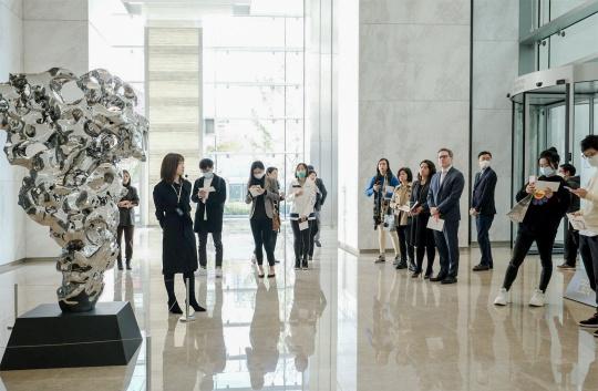 嘉宾在博华广场一楼办公大堂水景墙展望雕塑作品处参观