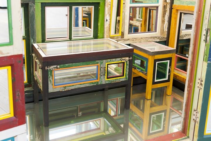 The Room还是毛坯房的时候,艺术家宋冬就来到这个空间,选择了通往顶层的区域呈现装置作品《一桌两凳》,他希望观众可以坐在里面喝茶聊天
