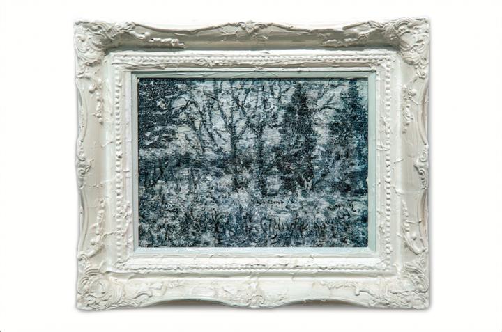 沙发后是刘炜2013年的木板油画作品《白色风景》
