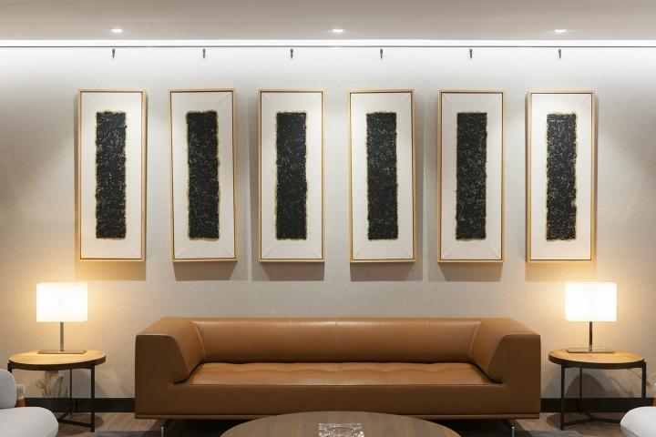六层内部接待室的沙发后面是申凡1998年的布上油画作品《98-9-18》