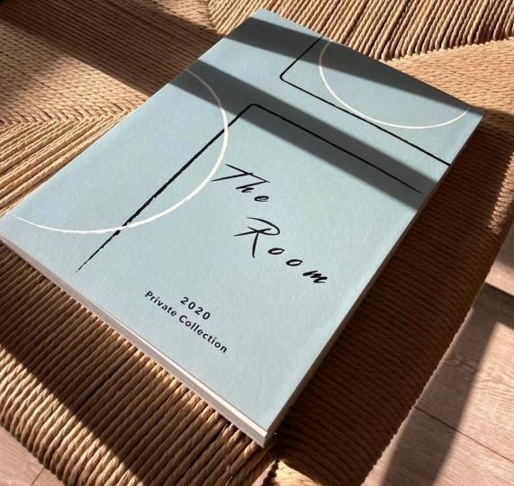 开幕展The Room的图册,其中包含了刘兰与张晓刚、刘野、宋冬、王光乐、刘晓辉、谢南星六位艺术家在疫情下的对话,谈他们的创作,当下的状态,以及他们对未来的看法