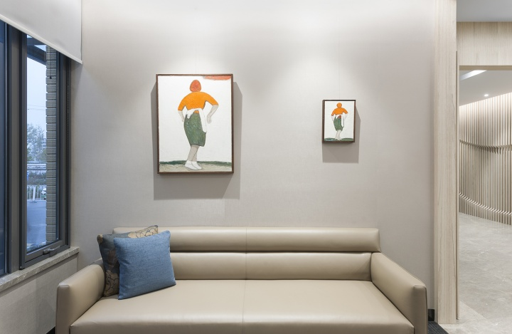 The Room所在的办公楼一层接待空间分别是徐震2014年的《天下》(左)和刘晓辉2015年的《家务练习-拍地毯3号》